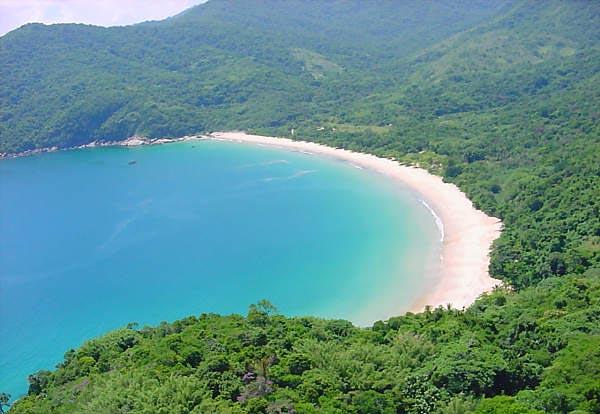 A praia de Lopes Mendes localiza-se no lado oceânico da Ilha Grande,